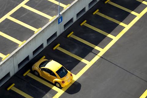 """Photo d'une New Beetle jaune dans un parking. Photo pour l'article """"Comment vendre un parking ?"""" proposé par Immo-pop."""