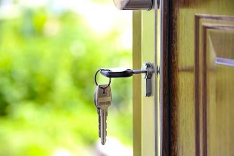 Photo d'une clé sur une porte entre-ouverte sur l'extérieur. Comment acheter au meilleur prix ?