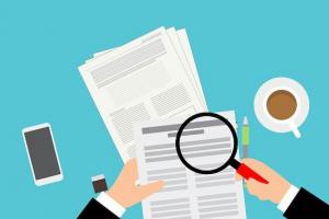 """Dessin d'une personne analysant des fichiers en papier. Image de l'article """"DVF : le prix de l'immobilier pour réussir son estimation"""" par Immo-pop."""